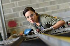 工作在金属工业的妇女 免版税库存图片