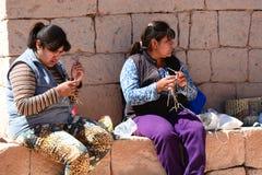 工作在钩针编织的地方妇女 Socaire 圣佩德罗火山de阿塔卡马省 智利 免版税图库摄影