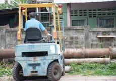 工作在铲车的人 免版税库存照片