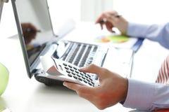 工作在银行的企业金融家 免版税图库摄影