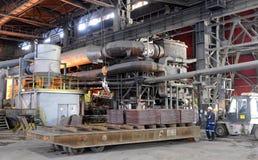 工作在铸造厂, Pirdop,保加利亚, 2015年11月, 5日 免版税库存图片