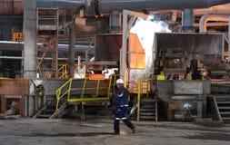 工作在铸造厂, Pirdop,保加利亚, 2015年11月, 5日 库存照片
