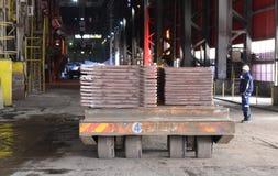 工作在铸造厂, Pirdop,保加利亚, 2015年11月, 5日 免版税图库摄影