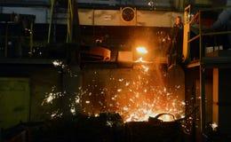 工作在铸造厂 免版税库存图片