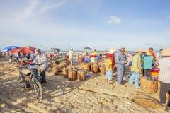工作在长的海氏鱼市上的京族 免版税图库摄影