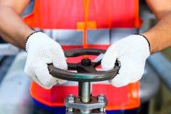 工作在阀门的技术员在工厂 免版税图库摄影