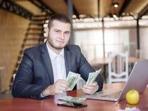 工作在队的业务顾问 一个小组年轻工人在一次会议上在公司会议室 事务 免版税库存照片