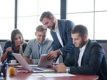 工作在队的业务顾问 一个小组年轻工人在一次会议上在公司会议室 事务 库存照片