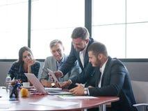 工作在队的业务顾问 一个小组年轻工人在一次会议上在公司会议室 事务 免版税库存图片