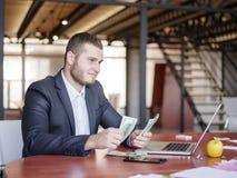 工作在队的业务顾问 一个小组年轻工人在一次会议上在公司会议室 事务 库存图片