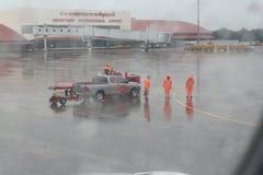 工作在雨中的人 库存照片