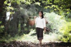 工作在雨林的亚裔妇女 图库摄影