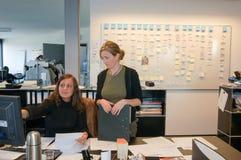 工作在雨果上司产业办公室的人们 免版税库存照片