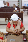 工作在雪茄工厂的妇女 图库摄影