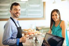 工作在面包店的年轻人 免版税图库摄影