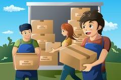 工作在食物捐赠中心的志愿者队 免版税图库摄影