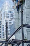 工作在高层建筑物的建筑工人 库存照片
