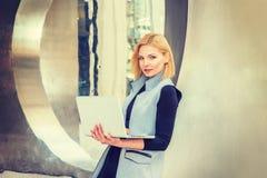 工作在高科技企业的东欧职业妇女  免版税库存图片