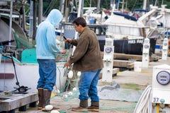 工作在鱼网的阿拉斯加渔夫 库存照片