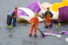 工作在鸡蛋的微型工作者人民 库存图片