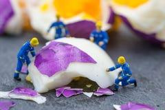 工作在鸡蛋的微型工作者人民 免版税图库摄影