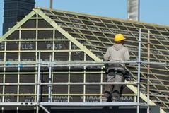 工作在从绞刑台的一个屋顶的工匠 库存照片
