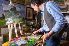 工作在画廊或演播室的专业艺术家 免版税库存照片