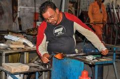 工作在玻璃雕塑的工匠细节在Murano车间 免版税库存照片