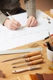 工作在他的书桌的专业建筑师 免版税库存图片