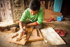 工作在他的木车间的尼泊尔人 免版税图库摄影