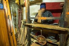工作在他的木车间的尼泊尔人 免版税库存图片