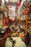 工作在他的木车间的未认出的尼泊尔人 图库摄影
