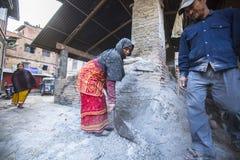 工作在他的瓦器车间的尼泊尔人民 库存图片