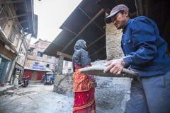 工作在他的瓦器车间的尼泊尔人民 免版税库存图片