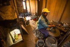 工作在他的瓦器车间的尼泊尔人 更多100个文化小组生成了一个图象Bhaktapur作为尼泊尔艺术的首都 免版税库存图片
