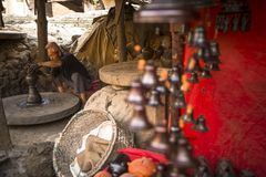 工作在他的瓦器车间的尼泊尔人 库存照片