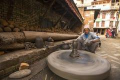 工作在他的瓦器车间的尼泊尔人 图库摄影
