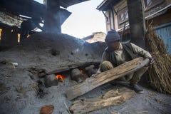 工作在他的瓦器车间的尼泊尔人 免版税图库摄影