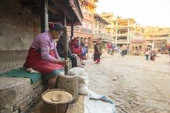 工作在他的瓦器车间的尼泊尔妇女 库存图片