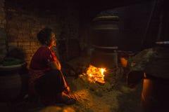 工作在他的瓦器车间的尼泊尔妇女 免版税库存照片