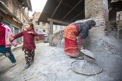 工作在他的瓦器车间的尼泊尔妇女 图库摄影