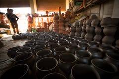 工作在他的瓦器车间的未认出的尼泊尔人 免版税库存图片