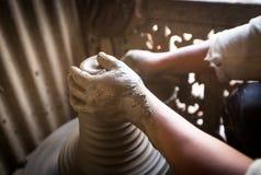 工作在他的瓦器车间的未认出的尼泊尔人 库存照片