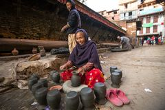 工作在他的瓦器车间的未认出的尼泊尔妇女 免版税库存图片