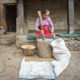 工作在他的瓦器车间的未认出的尼泊尔妇女 库存照片