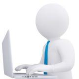 工作在他的膝上型计算机的白3d人 免版税库存图片