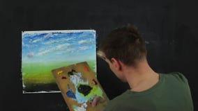 工作在绘画的艺术家 艺术家油漆在帆布的油漆 股票录像