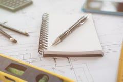 工作在建筑的图画的建筑师或计划者 免版税库存照片
