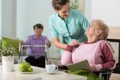 工作在养老院 免版税库存照片
