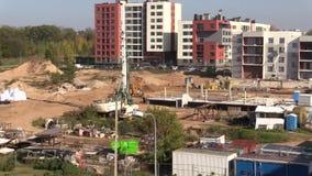 工作在建造场所的人们 绘的新的平的房子 股票录像